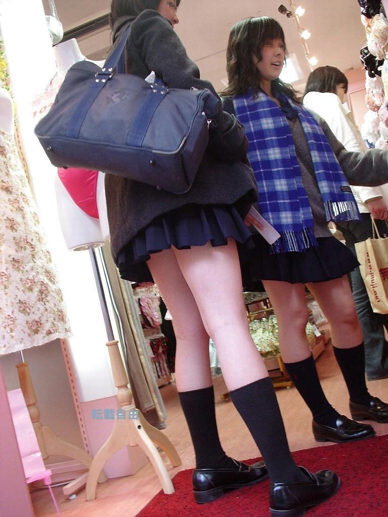 img 5fa7a5a496aa6 - 【街撮り】女子高生のミニスカートからのび降りる二本の太もも!【画像40枚】