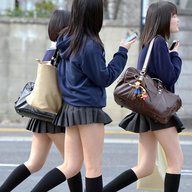 img 5fa7a5b9b3a43 - 【街撮り】女子高生のミニスカートからのび降りる二本の太もも!【画像40枚】