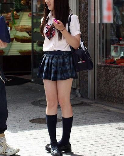 img 5fa7a5cc09c90 - 【街撮り】女子高生のミニスカートからのび降りる二本の太もも!【画像40枚】