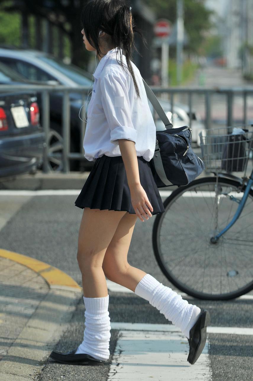 img 5fa7a5dab0d14 - 【街撮り】女子高生のミニスカートからのび降りる二本の太もも!【画像40枚】