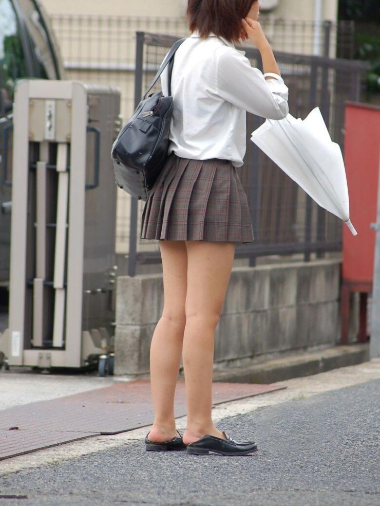img 5fa7a5e045f30 - 【街撮り】女子高生のミニスカートからのび降りる二本の太もも!【画像40枚】