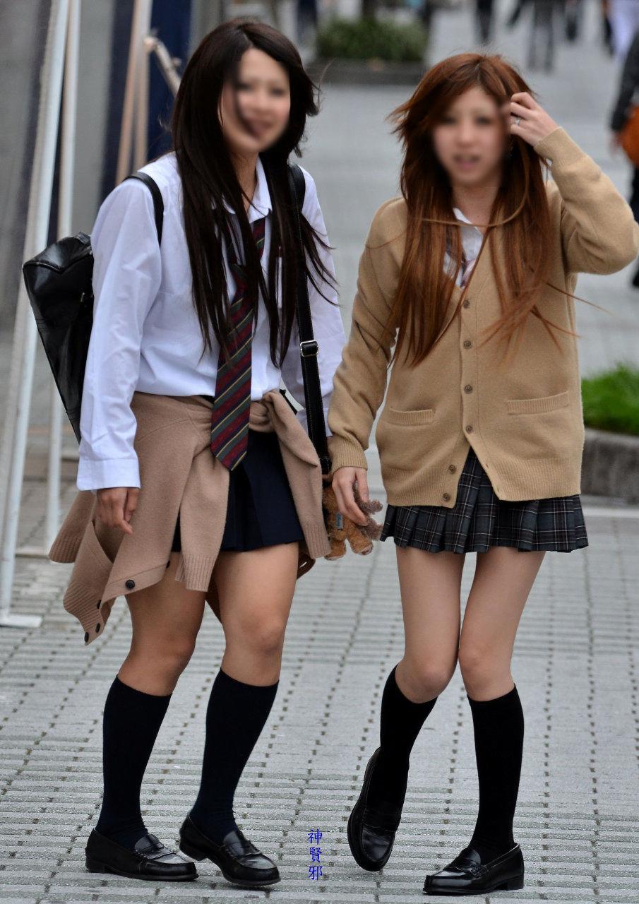 img 5fa7a5e55f082 - 【街撮り】女子高生のミニスカートからのび降りる二本の太もも!【画像40枚】