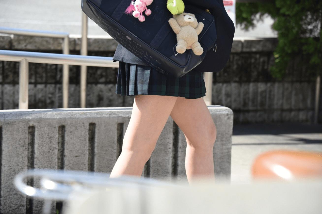 img 5fa7a62f32d7b - 【街撮り】女子高生のミニスカートからのび降りる二本の太もも!【画像40枚】
