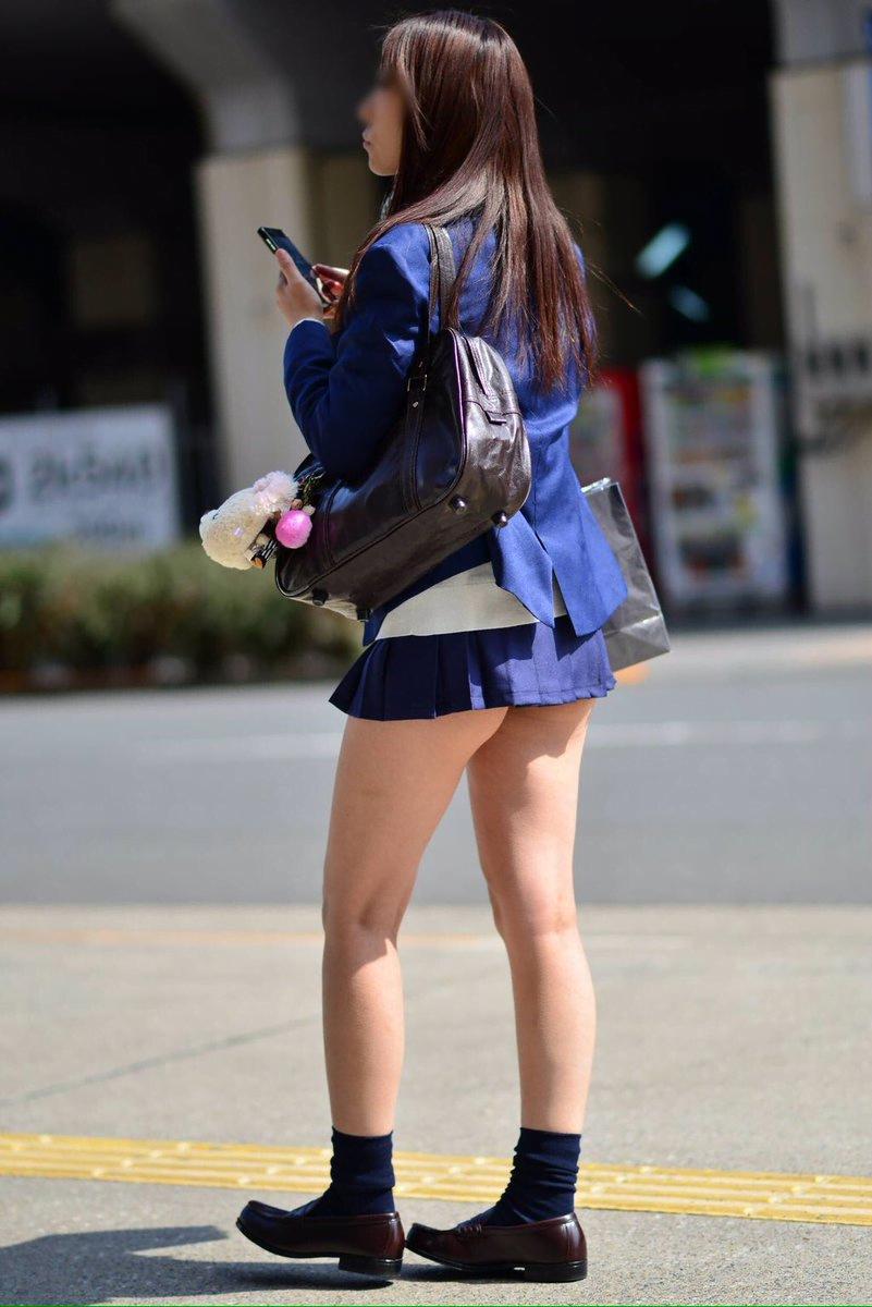 img 5fa7a6463866a - 【街撮り】女子高生のミニスカートからのび降りる二本の太もも!【画像40枚】
