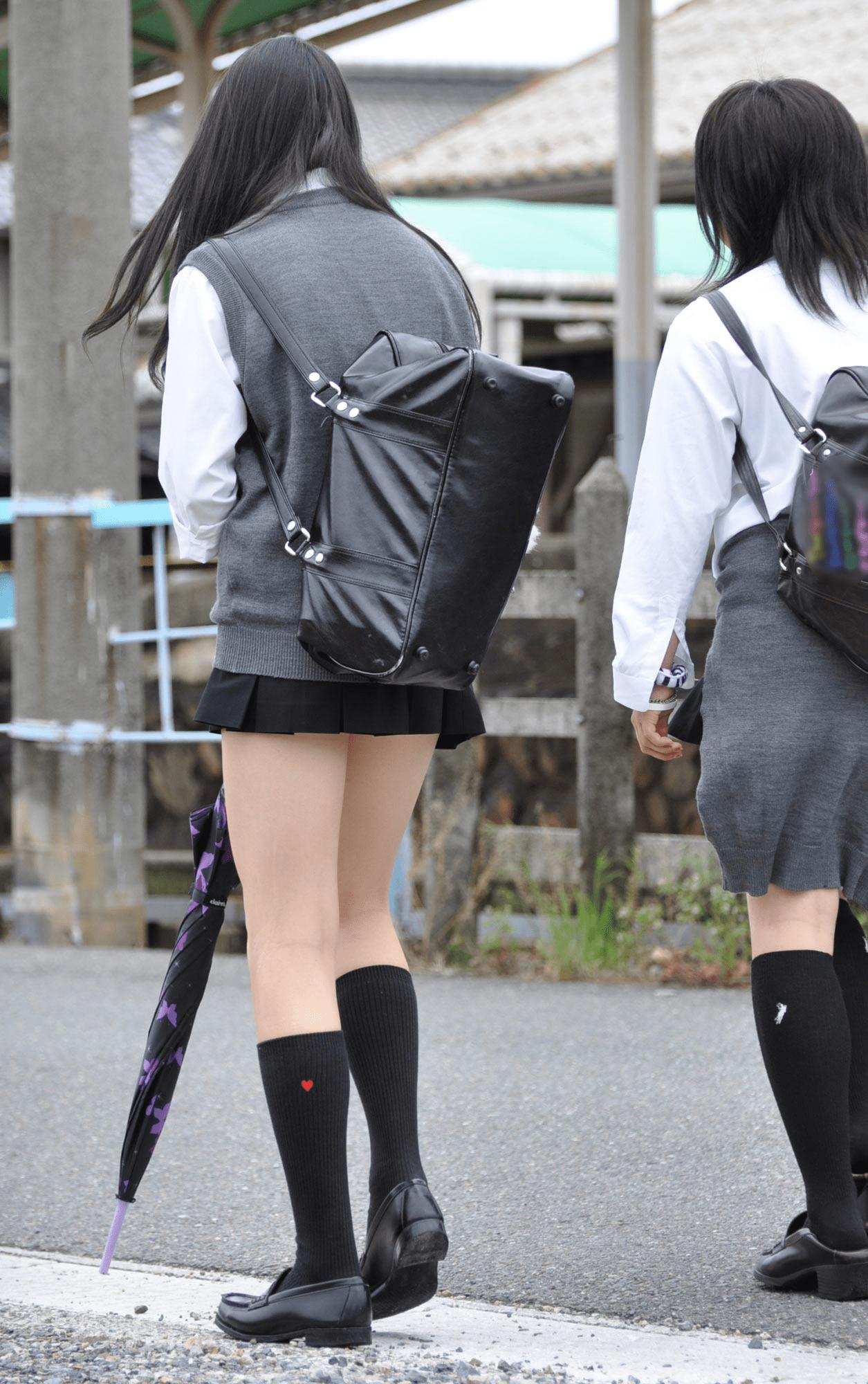 img 5fa7a7042a54a - 【街撮り】女子高生のミニスカートからのび降りる二本の太もも!【画像40枚】