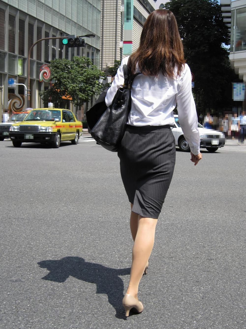 img 5fa907d94456a - 【OL街撮り画像】今日もどデカい尻でオフィス街を歩く美人なOLさんの後ろ姿【34枚】