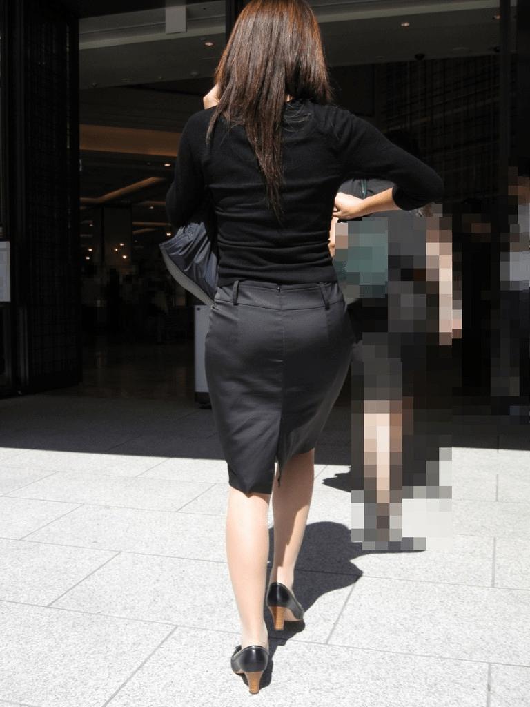 img 5fa90806cd702 - 【OL街撮り画像】今日もどデカい尻でオフィス街を歩く美人なOLさんの後ろ姿【34枚】