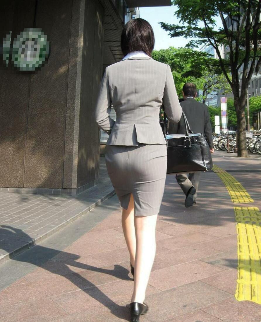 img 5fa9080c4de1e - 【OL街撮り画像】今日もどデカい尻でオフィス街を歩く美人なOLさんの後ろ姿【34枚】