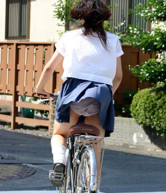 img 5fb4b97cd07e3 - 遅刻遅刻~!朝寝坊したJKが自転車で立ちこぎしてパンチラしまくってるんだがwwwww