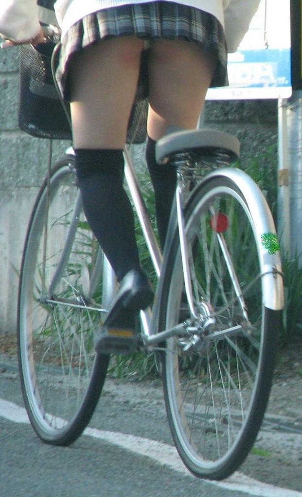 img 5fb4b980a72e5 - 遅刻遅刻~!朝寝坊したJKが自転車で立ちこぎしてパンチラしまくってるんだがwwwww