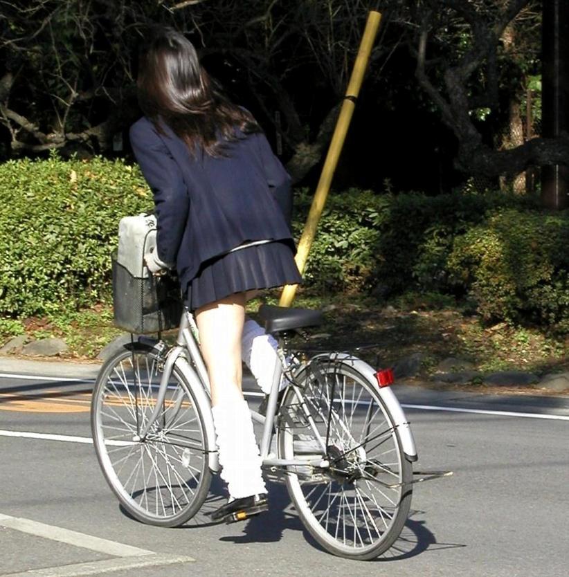 img 5fb4b9916bf2d - 遅刻遅刻~!朝寝坊したJKが自転車で立ちこぎしてパンチラしまくってるんだがwwwww