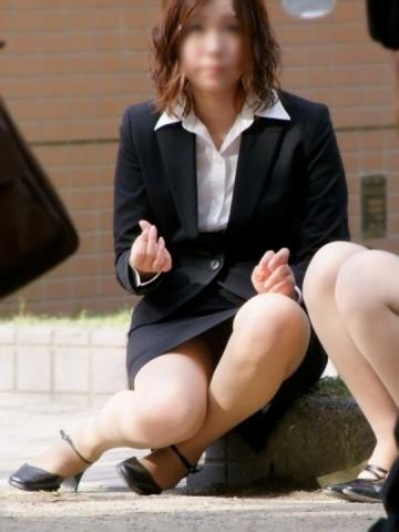 img 5fb50b20d167e - かわいらしく内股で座るタイトスカートのOLさんを真正面から撮った画像がこちらwww