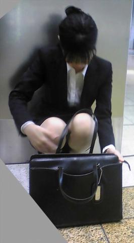 img 5fb50b27af036 - かわいらしく内股で座るタイトスカートのOLさんを真正面から撮った画像がこちらwww