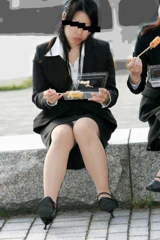 img 5fb50b3509988 - かわいらしく内股で座るタイトスカートのOLさんを真正面から撮った画像がこちらwww