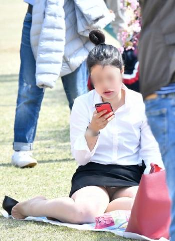 img 5fb50b78cd5e7 - かわいらしく内股で座るタイトスカートのOLさんを真正面から撮った画像がこちらwww
