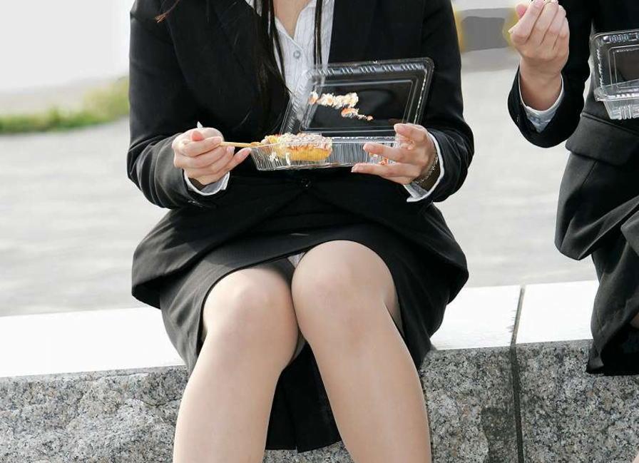 img 5fb50bc56681a - かわいらしく内股で座るタイトスカートのOLさんを真正面から撮った画像がこちらwww