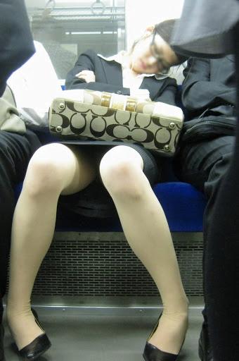 img 5fb50bd586439 - かわいらしく内股で座るタイトスカートのOLさんを真正面から撮った画像がこちらwww