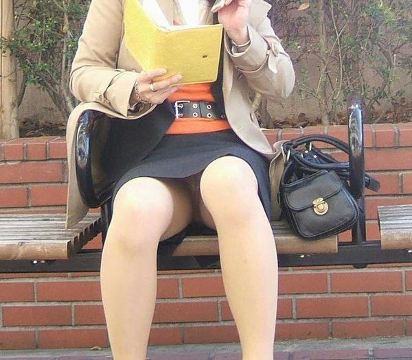 img 5fb50bde60e19 - かわいらしく内股で座るタイトスカートのOLさんを真正面から撮った画像がこちらwww