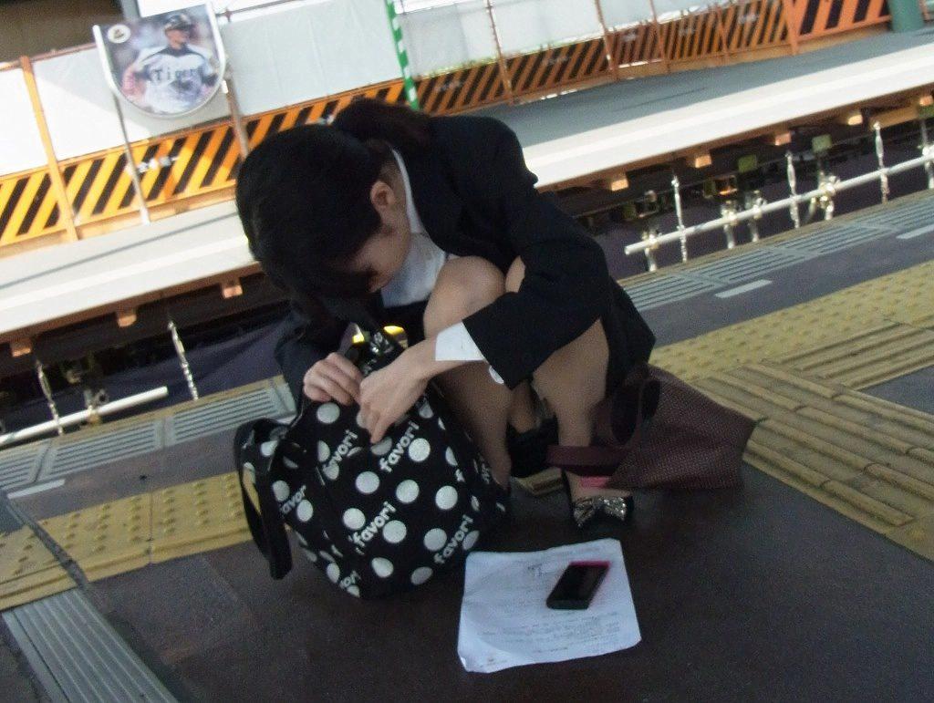 img 5fb50beac43d8 - かわいらしく内股で座るタイトスカートのOLさんを真正面から撮った画像がこちらwww