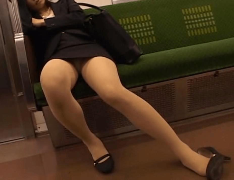 img 5fb50bef4a7c3 - かわいらしく内股で座るタイトスカートのOLさんを真正面から撮った画像がこちらwww