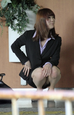 img 5fb50cb9ca6d9 - かわいらしく内股で座るタイトスカートのOLさんを真正面から撮った画像がこちらwww