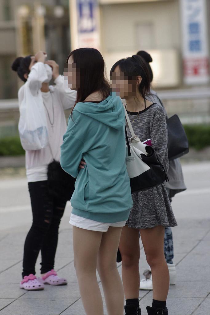 img 5fba5e7f952c1 - 【街撮り】JS?JC発育が乏しいウブな少女の太ももの画像がエロいっ!!!