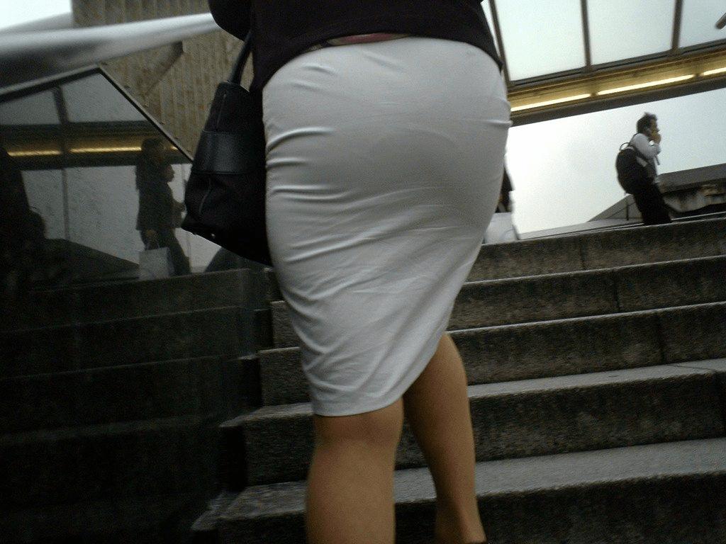 img 5fbe741f2d339 - 巨尻OLさんがぴっちぴちのタイトスカートを履いたらこうなる