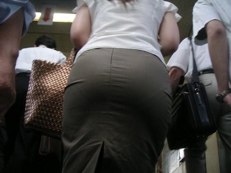 img 5fbe742452a6f - 巨尻OLさんがぴっちぴちのタイトスカートを履いたらこうなる