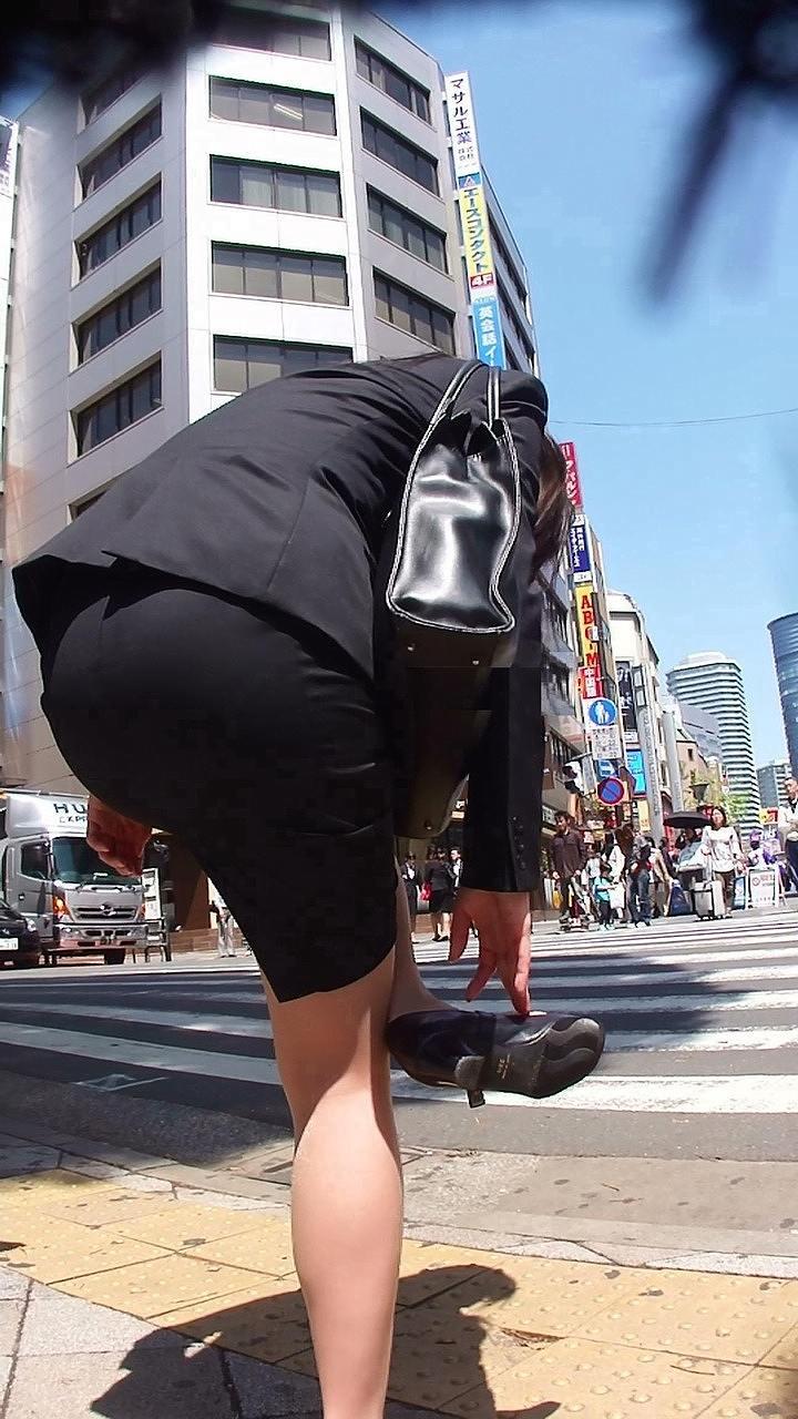 img 5fbe744ba85a1 - 巨尻OLさんがぴっちぴちのタイトスカートを履いたらこうなる