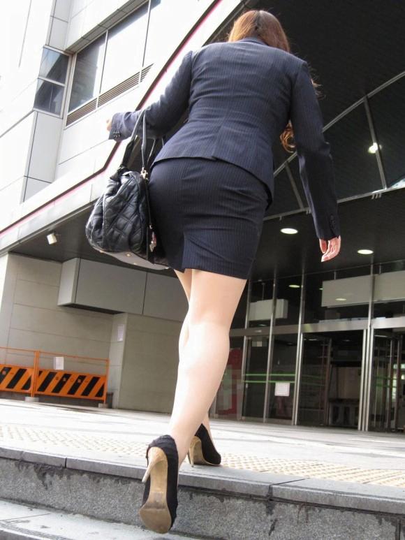 img 5fbe7459961c9 - 巨尻OLさんがぴっちぴちのタイトスカートを履いたらこうなる