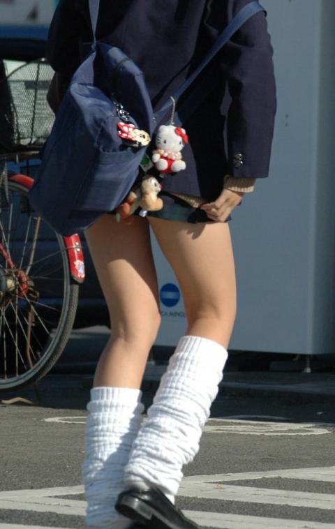img 5fc23c7b9627f - 【街撮りミニスカJK】折り込みすぎてスカートの長さが5センチくらいしかないJKの画像