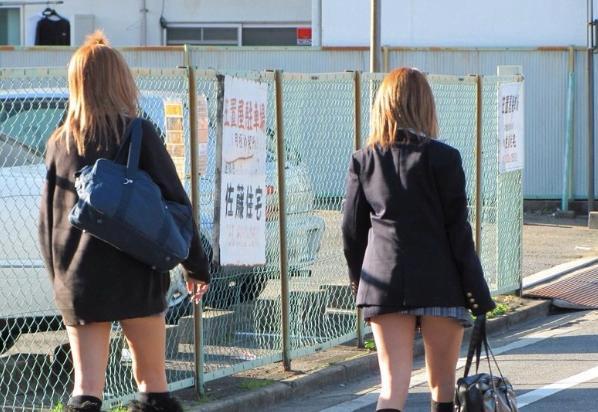 img 5fc23c80f2517 - 【街撮りミニスカJK】折り込みすぎてスカートの長さが5センチくらいしかないJKの画像