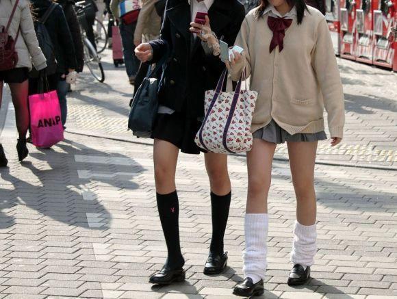 img 5fc4b1344640f - 【ミニスカJK街撮り】カーディガンから伸びるひらひらのミニスカートがエロいJK画像