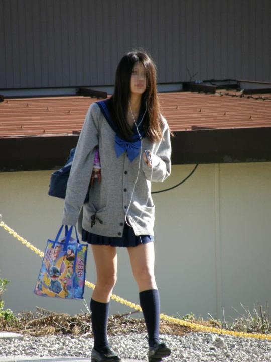 img 5fc4b13d4e6a6 - 【ミニスカJK街撮り】カーディガンから伸びるひらひらのミニスカートがエロいJK画像