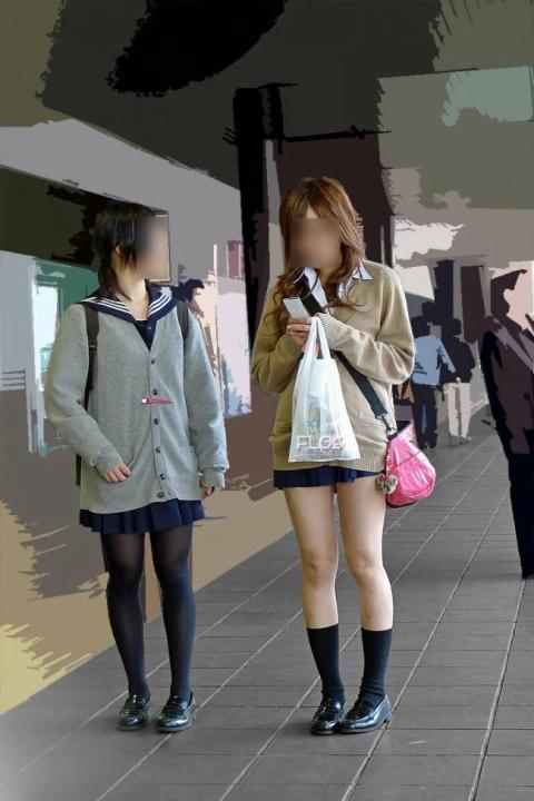 img 5fc4b150477c8 - 【ミニスカJK街撮り】カーディガンから伸びるひらひらのミニスカートがエロいJK画像