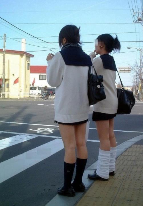 img 5fc4b15fc4569 - 【ミニスカJK街撮り】カーディガンから伸びるひらひらのミニスカートがエロいJK画像