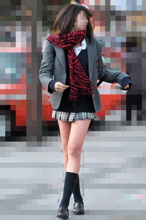 img 5fc4b5824bc82 - 【街撮りミニスカJK】スカートの4回折りに挑戦する天然パンチラ娘なJKたちの画像!