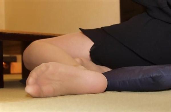 img 6100ff5ec8aa2 - 【画像】パンプスを脱いだ直後の蒸れ蒸れで臭いOLさんの足