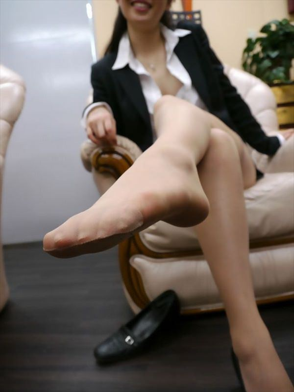 img 6100ff828957b - 【画像】パンプスを脱いだ直後の蒸れ蒸れで臭いOLさんの足