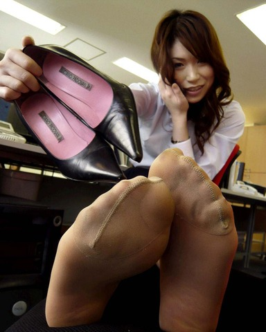 img 610100ef0b3c2 - 【画像】パンプスを脱いだ直後の蒸れ蒸れで臭いOLさんの足