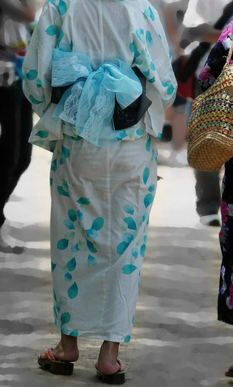 img 6109370c5469a - 【画像】夏によく見かけるパンティが透けていることに全く気が付いていない天然素人娘
