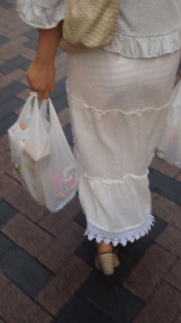 img 61093717498fd - 【画像】夏によく見かけるパンティが透けていることに全く気が付いていない天然素人娘