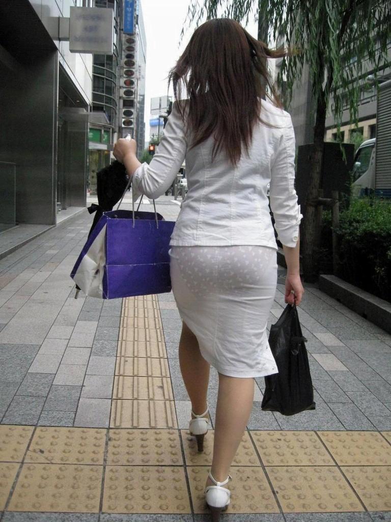 img 6109372e8b393 - 【画像】夏によく見かけるパンティが透けていることに全く気が付いていない天然素人娘