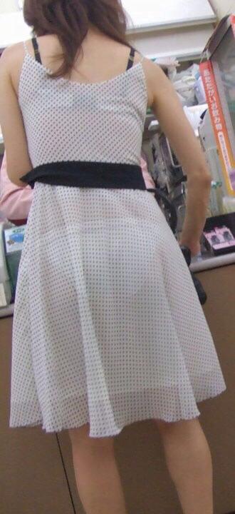 img 61093782e797d - 【画像】夏によく見かけるパンティが透けていることに全く気が付いていない天然素人娘