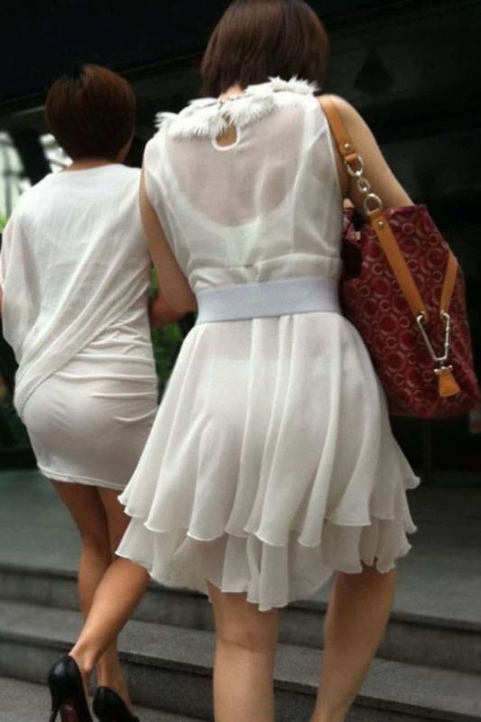 img 6109382bc981d - 【画像】夏によく見かけるパンティが透けていることに全く気が付いていない天然素人娘