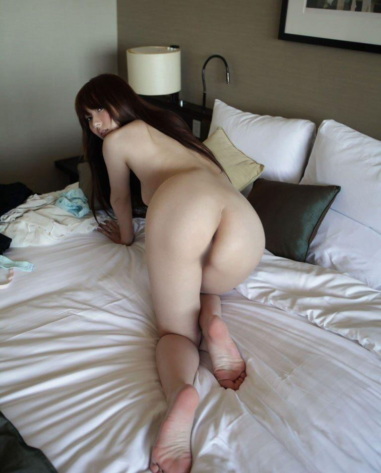 img 610b97784b0d0 - 【四つん這い】デカい尻とエロい顔で誘ってくる女の子のエロ画像【裸】