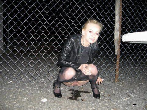 img 6113a5fea3821 - 野生動物みたいに公衆の面前で立ちションする外国人女性たち