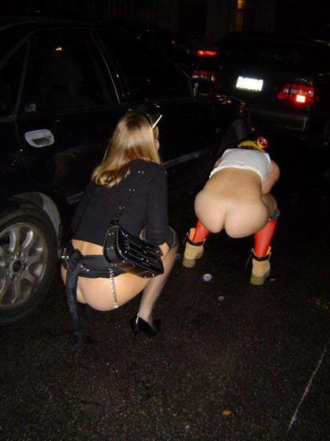 img 6113a6b169586 - 野生動物みたいに公衆の面前で立ちションする外国人女性たち