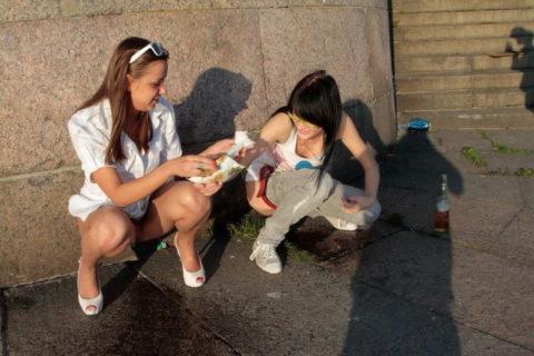 img 6113a6f39f2cd - 野生動物みたいに公衆の面前で立ちションする外国人女性たち