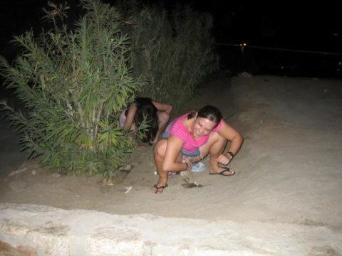 img 6113a6fc95c72 - 野生動物みたいに公衆の面前で立ちションする外国人女性たち